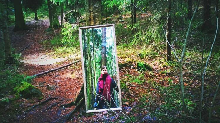 Tytäryhtiö peili metsässä